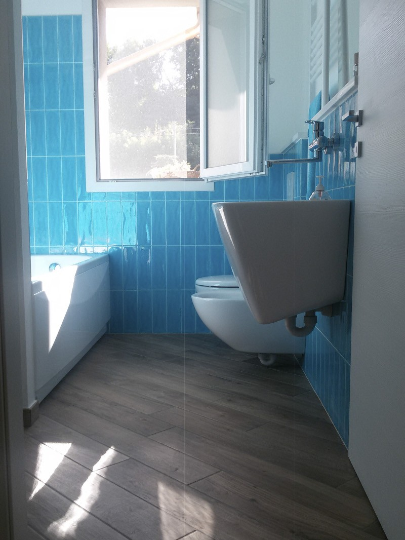Piastrelle bagno azzurro azzurro with piastrelle bagno - Bagno lilla e bianco ...